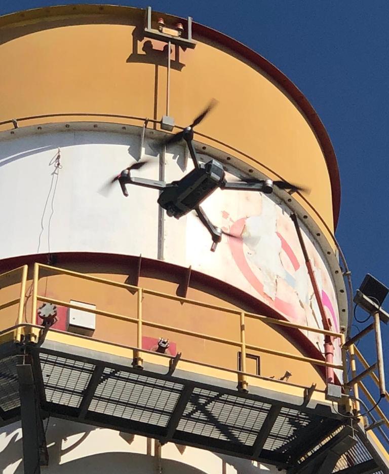 Drone en planta industrial