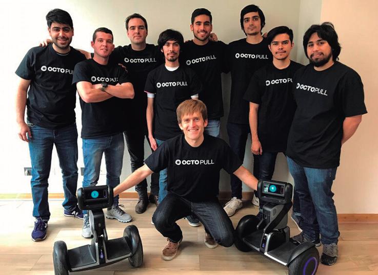 Foto del equipo Octo INC. con el Segway Loomo (robot)